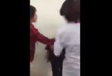 Nhóm nữ sinh giật tóc và đánh bạn túi bụi ngay trong lớp, đáng lên án hơn cả là nhiều học sinh chứng kiến reo hò cổ vũ