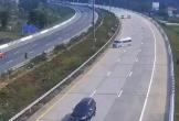 Ô tô nổ lốp tông vào dải phân cách, hành khách văng tứ tung trên đường