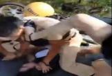 Camera ghi lại người phụ nữ xinh đẹp giơ chân đạp CSGT