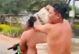 Vừa chạy xe vừa tắm, hai thanh niên bị công an phạt nặng