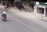 Video: Kinh hoàng ô tô lao lên vỉa hè tông hàng loạt xe máy