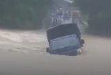 Clip: Kinh hãi dòng nước lũ chảy xiết, cuốn trôi chiếc xe tải trước sự chứng kiến của tài xế và người dân