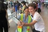 Dân mạng khen hết lời khoảnh khắc Đàm Vĩnh Hưng thân thiết chụp ảnh cùng người hâm mộ là lao công tại sân bay