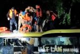 Nghẹt thở cuộc giải cứu 18 người trên xe khách bị lũ cuốn trôi trong đêm