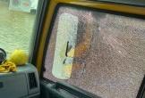 Xe cứu trợ bão lũ của Hòa Minzy bị ném đá đến vỡ kính