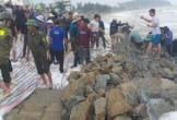 Người Hà Tĩnh dầm mưa cứu kè biển trước khi bão 'mạnh nhất từ đầu năm' đổ bộ