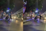 Clip: Nam thanh niên cãi nhau với bạn gái giữa đường, liên tục đấm đá vào chiếc xe máy gây xôn xao cộng đồng mạng