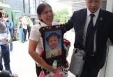 Hoãn phiên tòa mẹ và cha dượng dùng ma túy, đánh con gái 3 tuổi đến chết