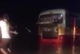 Đi vào đường cấm, xe buýt ở Hà Tĩnh bị nước lũ cuốn trôi