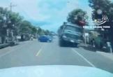 Đánh lái tránh nữ tài xế, xe ben lật nghiêng gây tai nạn kinh hoàng