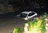 Một cán bộ bị nước suối cuốn trôi cùng ô tô bán tải khi qua cầu tạm