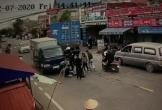 Vượt ẩu bị xe container và xe tải kẹp giữa, 2 thanh niên ngã đau đớn