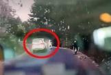 Hai thanh niên đầu trần đi xe máy lao xuống mương sau khi va vào ôtô