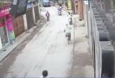 Phát hoảng cảnh mẹ đánh rơi con giữa đường, suýt vào tay