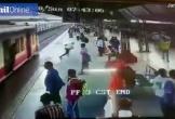 Liều mình lao qua đầu tàu hỏa, cậu bé khiến hàng trăm hành khách kinh hãi