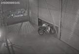 Chạy trốn CSTT, thanh niên luồn người qua cửa cuốn, chạy thẳng vào trong công ty
