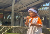 Trao hơn 100 triệu đến hai đứa trẻ mồ côi cha ở Hà Tĩnh