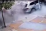 Xe con bị đè bẹp vì gạch rơi ra từ xe tải