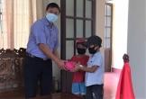 Hà Tĩnh: Hai cháu nhỏ đạp xe 3km mang lợn tiết kiệm lên xã ủng hộ chống dịch