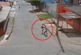 Cướp nhầm nữ sinh có võ, gã đàn ông bị đuổi đánh trối chết