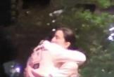Phạm Băng Băng bị bắt gặp ôm một người đàn ông lạ trên phố