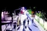 Hà Tĩnh: Hãi hùng clip đối tượng cầm 2 dao xông vào trụ sở chém cán bộ Công an phường