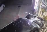 Clip: Đang ngồi hóng mát, người phụ nữ bị ô tô tông kinh hoàng