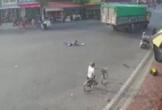 Nam Định: Khoảnh khắc bé gái đi xe đạp bị xe tải nuốt chửng vào gầm