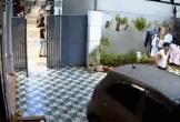 Lao xe qua cổng sắt rồi đâm vào nhà dân, nữ tài xế khiến người thân gào thét