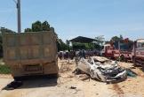 Bất ngờ bị xe tải Howo đổ đá đè bẹp, 3 người trong xe con tử vong tại chỗ
