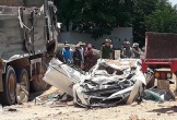 Clip xe tải lật, đè bẹp xe con làm 3 người tử vong ở Thanh Hóa