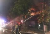 50 chiến sỹ được huy động dập lửa quán bar tại TP Vinh trong đêm