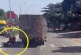 Tài xế xe tải đánh lái xuất thần, cứu sống 4 người ngã trước đầu xe
