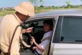 Hà Tĩnh: Tài xế cố thủ trong ôtô