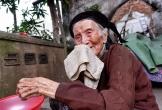 Bà ngoại 95 tuổi chăm cháu gái 22 tuổi tâm thần