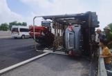 Xe tải bị lật khiến 4 xế hộp mới tinh trên thùng hư hỏng nặng