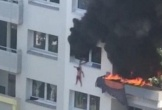 Thả hai cháu bé từ tầng 3 của một chung cư đang cháy