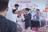 Clip: Màn trao quà cưới đặc biệt của hội bạn thân chú rể khiến cặp đôi không khỏi bật cười