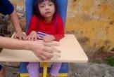 Mẹ nghèo nuốt nước mắt nhìn con chống chọi với bệnh tật
