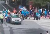 Hàng chục tài xế nâng ô tô giải cứu người phụ nữ bị mắc kẹt