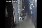 Chật vật trộm xe máy dưới trời mưa, thanh niên vứt đồ bỏ chạy thục mạng vào phút chót
