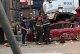 Dừng đèn đỏ, ô tô con bị xe container chồm lên nóc, cán 3 người tử vong