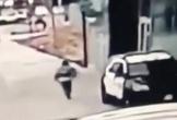 Khoảnh khắc thanh niên bắn 2 cảnh sát nguy kịch khi đang ngồi trong xe tuần tra