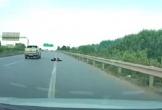 Video: Bị kiểm tra, xe bán tải lao thẳng về phía cảnh sát cơ động, 1 chiến sĩ tử vong
