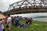 Tài xế xe tải lao xuống sông cứu cô gái trẻ, cả 2 đều chết đuối