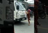 Người phụ nữ chặn đầu xe tải, trèo lên bẻ gãy cần gạt mưa