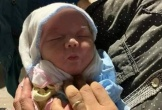 Bé gái sơ sinh bị bỏ rơi trong xe rác kèm lời nhắn 'không nuôi được'