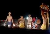 Đội lân nhí lao ra đường chặn đầu ô tô xin tiền trong đêm tối