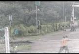 Clip: Vội vã bỏ chạy, người phụ nữ vẫn bị xe tải mất lái cán tử vong tại chỗ