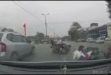 Video: Không va chạm nhau, nhiều xe máy bỗng nhiên ngã nhào giữa phố Hà Nội